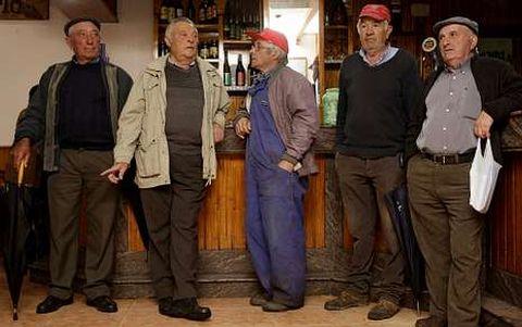 Las fuerzas vivas del pueblo en Casa Lelo, Abeleda. De izquierda a derecha, Pepe, Luis, Ernesto, Nabor y Manuel, de 67 para arriba.