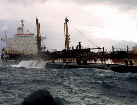 El petrolero, a la deriva en la Costa da Morte, cuando ya perdía combustible de los tanques.