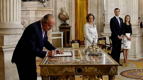 Juan Carlos I firma la abdicación en favor de su hijo y en presencia de las reinas Sofía y Letizia