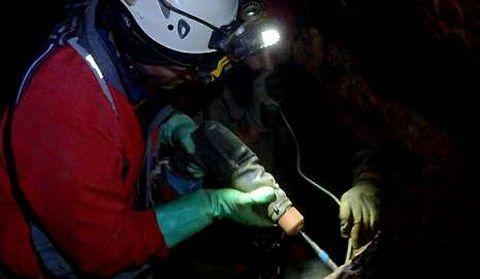 Perforación para instalar anclajes de acero en las paredes de roca