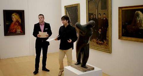 Ferreras y Quintana, ante una de las obras inéditas, «La moza», de Sotomayor.