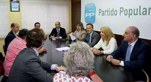 <span lang= es-es >Arranca la gestora del PP</span>. Agustín Hernández presidió ayer la primera reunión de la gestora que dirigirá el PP de Santiago hasta su próximo congreso tras la renuncia de Currás como presidente local.
