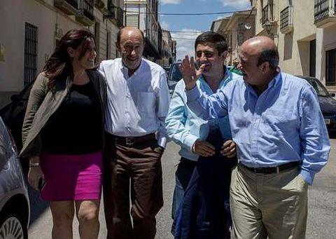 Rubalcaba, con varios cargos socialistas en la visita que realizó ayer a la localidad jienense de La Carolina.