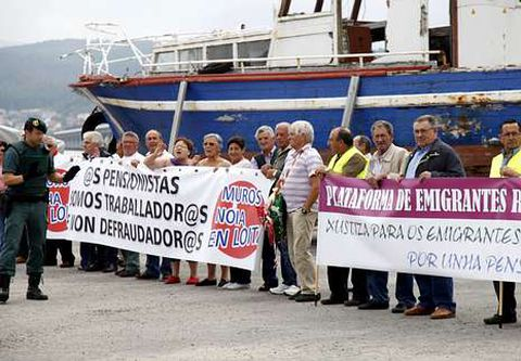Los emigrantes protestaron puerto de Testal con pancartas.