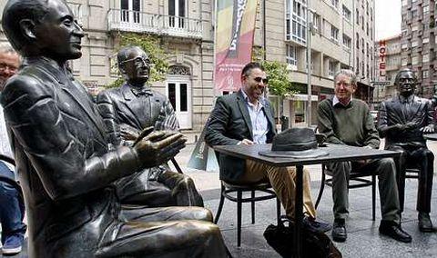 A estatua de Alexandre Bóveda parecía aplaudir onte en Pontevedra o encontro do seu neto Valentín e o fillo de Filgueira Valverde.