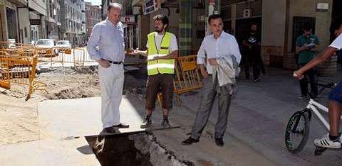 El concejal de Urbanismo, Antón Louro, visitó ayer la zona de Santa Clara en obras en la que aparecieron dos tramos de enlosado.