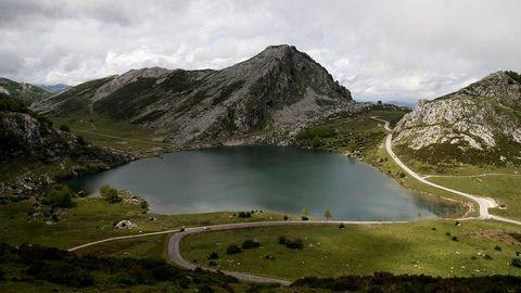 Los Lagos de Covadonga, situados en los Picos de Europa son unas hermosas formaciones glaciares que atraen al turismo por su belleza paisajística natural.