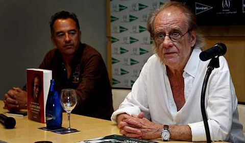 El polifacético Luis Eduardo Aute firmó ejemplares de su libro en El Corte Inglés y hoy repite en la librería Biblos de Betanzos.