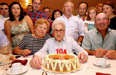 Josefa Dolores Tasende, rodeada de su familia, ayer en Buño.