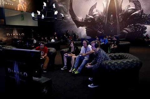 Visitantes prueban el nuevo juego «Diablo III», de Blizzard.
