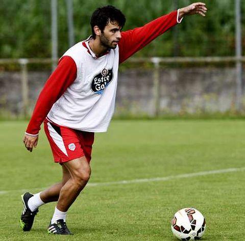 Dalmau se prepara para golpear el balón durante un entrenamiento de pretemporada.