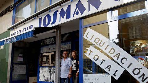 Manuel Riobó y Julia Sánchez en la puerta de su negocio