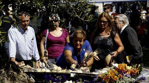 Familiares de algunas víctimas del accidente dejan flores en recuerdo de los fallecidos