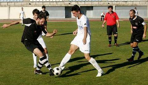 El futbolista del Club Lemos, Álvaro, a la derecha pugna por el balón ante el Ourense CF.