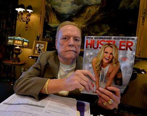 Flynt en su despacho, con un número de su revista.
