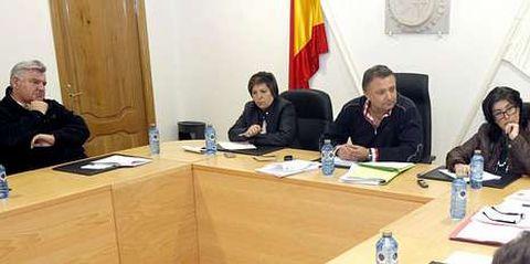 El exalcalde, Fernando Carlos Pensado (izquierda), el alcalde Pablo Taboada (centro) y la secretaria, María Celia González (derecha).