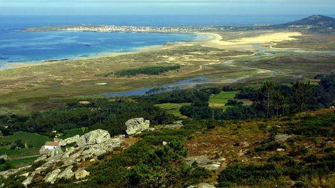 Enmarcada en el parque natural de Corrubedo (Ribeira), la laguna de Carregal está unida al mar por una estrecha bocana. Se cuenta desde tiempo inmemorial la historia de la desaparición bajo la laguna de una antigua ciudad llamada Valverde