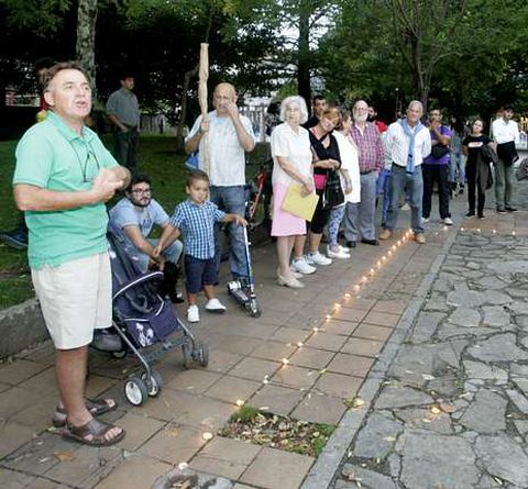 Alrededor de un centenar de personas tomaron parte en el acto que se celebró en el parque.