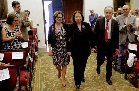 Nélida Piñón entra na Academia flanqueada por Fina Casalderrey e Pegerto Saavedra.