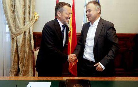 El alcalde y Heriberto García rubricaron la cesión pero también abordaron el plan de vivienda.
