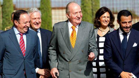 El rey Juan Carlos durante el acto de inauguración del castillo de Ygay, sede del primer proyecto de vinos de La Rioja, de Bodegas Marqués de Murrieta en Logroño, en el que estuvo acompañado por el presidente del Gobierno de La Rioja, Pedro Sanz (i), el presidente de Bodegas Marqués de Murrieta, Vicente Cebrián-Sagarriga (d)
