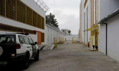 En la prisión de Pereiro de Aguiar, los vigilantes privados controlan garitas y monitores.