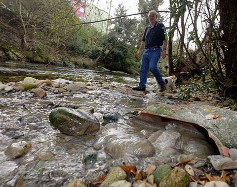 Por una tubería rota manan aguas sucias desde hace semanas en Ponte Goiáns.