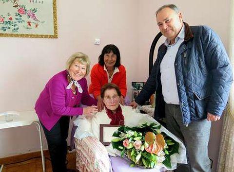 El alcalde, José Manuel Varela, con Blandina y sus hijas Ana y Pilar.