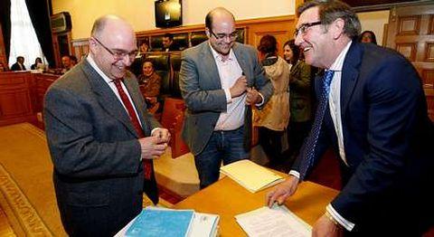 Reyes y Cela sostienen que la renuncia del otrora alcalde y hasta ayer concejal llega tarde.