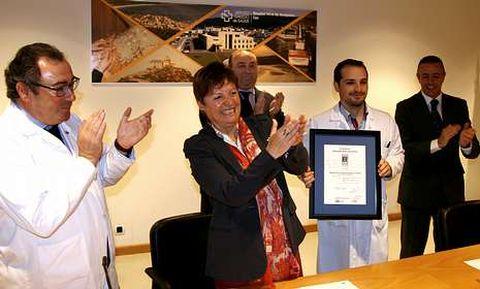 Mosquera entregó el certificado de calidad al jefe de enfermería de Cee, David Vilaseco.