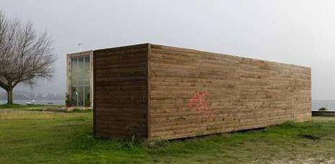 El contenedor está ubicado en la playa de Cesantes y ha originado controversia entre los vecinos de la parroquia.