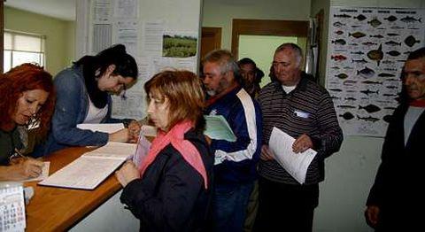 Los afectados formalizan sus solicitudes en el Distrito Forestal V de Vimianzo.