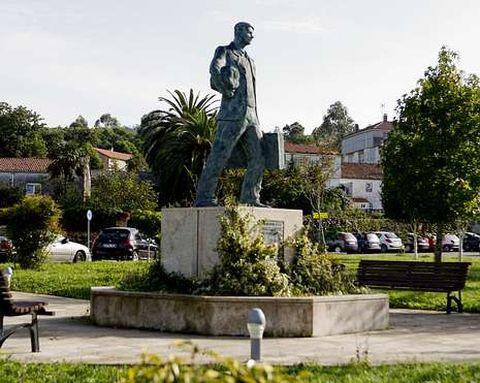 <span lang= es-es >Monumento al emigrante</span>. El jardín y el entorno de la Casa da Cultura, con esta pieza de bronce son un oasis de espacio en medio de otras calles mucho más abigarradas y con bastante menos gusto.