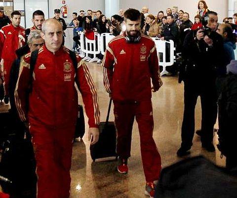 Piqué, Del Bosque y Casillas, que fue uno de los pocos que se paró con el público, despertaron expectación en la terminal viguesa.