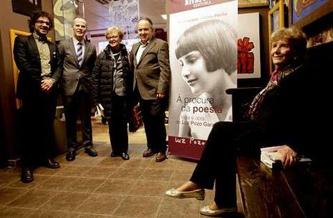 Luz Pozo (dereita), onte, durante a presentación da súa biografía en Portas Artabras.