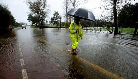 La carretera de Carballo a Razo tuvo que ser cortada por la cantidad de agua.