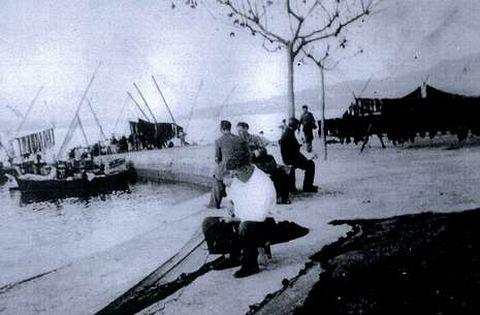 <span lang= es-es >...Y los de antes</span>. Foto histórica de pescadores del xeito cosiendo los aparejos.