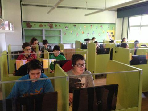 Los alumnos cuentan con equipos informáticos individuales.