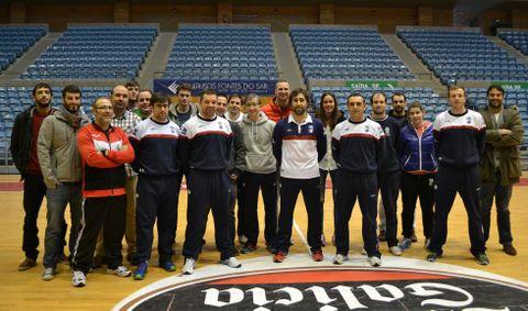 <span lang= es-es >Alumnos del IES Fermín Bouza de Vilagarcía, en Sar</span>. Cursan el ciclo formativo de técnico deportivo en baloncesto y ayer presenciaron como trabaja el cuerpo técnico del conjunto compostelano.