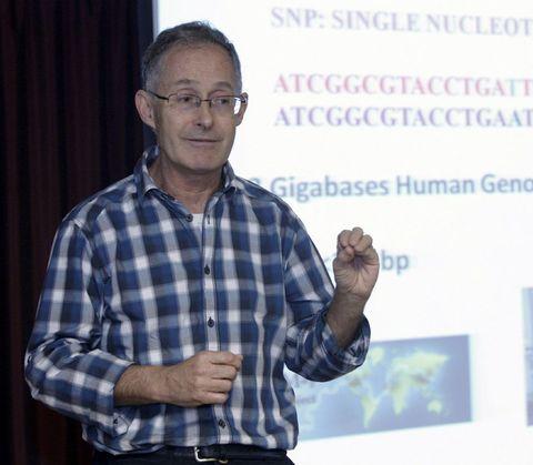 Ángel Carracedo, en una charla en un instituto.