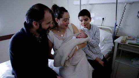 El primer coruñés del año, nacido en la maternidad Belén, se llama Antón. En la foto, con sus padres y su tío