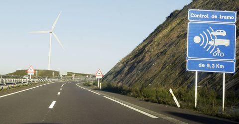 . En esa misma zona, que en los últimos meses sufrió numerosos cortes de tráfico debido a la niebla, desde hace semanas funciona un radar de tramo, que vigila la velocidad de la circulación que avanza en sentido Asturias durante algo más de nueve kilómetros.