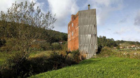 Edificio de tres plantas sin terminar en una parroquia del ayuntamiento de Valga.