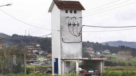 Garaje al lado de una torre del tendido eléctrico en Coristanco.