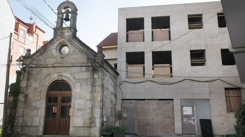 La capilla de San Antonio, rodeada de edificios altos.