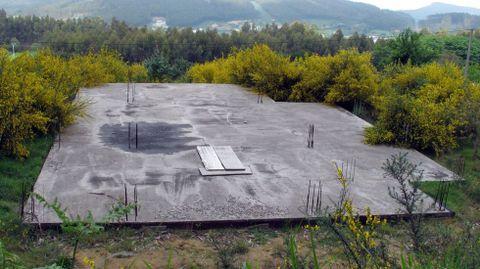 Plancha de hormigón de una vivienda inacabada en A Mariña