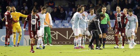 Eduardo Berizzo señala al árbitro dónde se produjo la jugada del polémico penalti mientras los jugadores de uno y otro equipo reclaman al colegiado.
