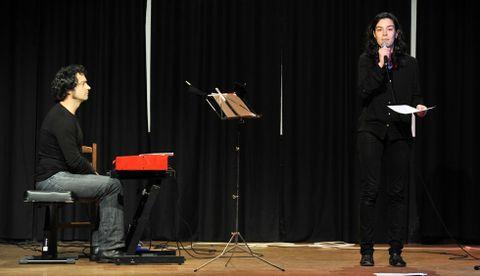 Serxio Moreira y Rosalía Fernández Rial, durante una «performance» realizada en Cee en el 2013.