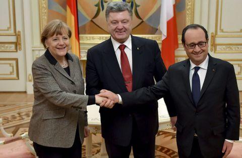 Merkel y Hollande presentaron ayer su iniciativa de paz en Kiev al presidente ucraniano.