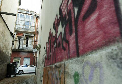 Deterioro y pintadas conviven en el barrio.